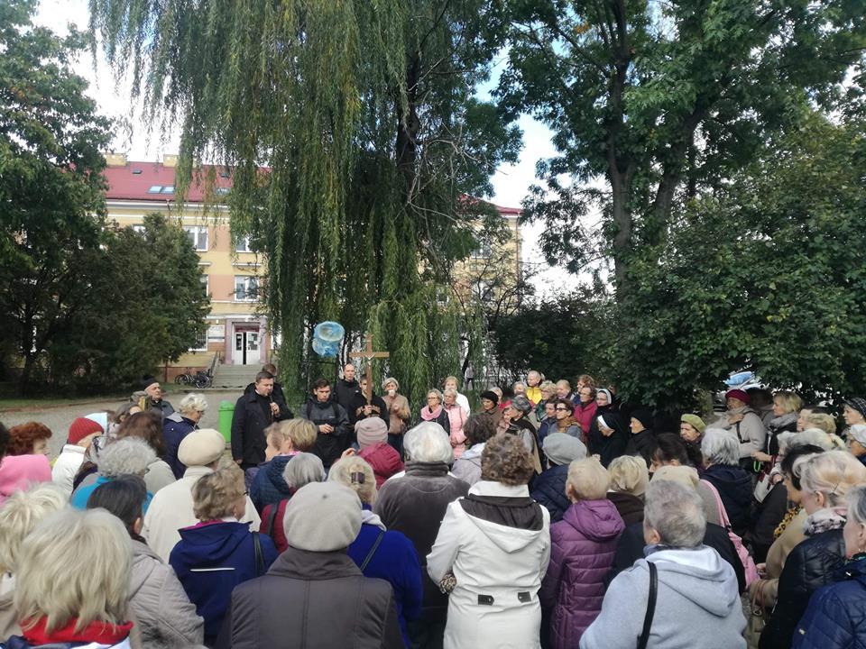 Obraz może zawierać: co najmniej jedna osoba, tłum, drzewo i na zewnątrz