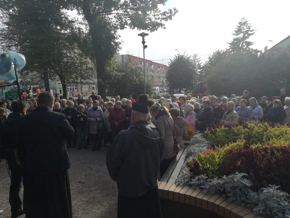Obraz może zawierać: co najmniej jedna osoba, ludzie stoją, tłum, drzewo i na zewnątrz