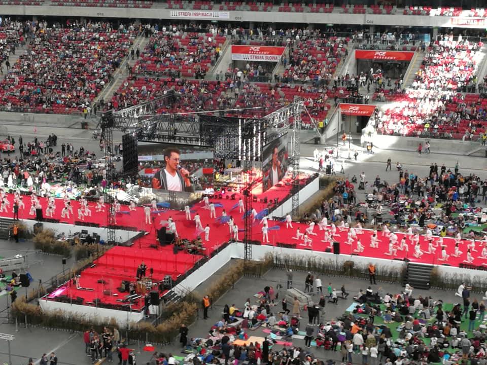 Obraz może zawierać: 1 osoba, tłum, boisko do koszykówki i stadion